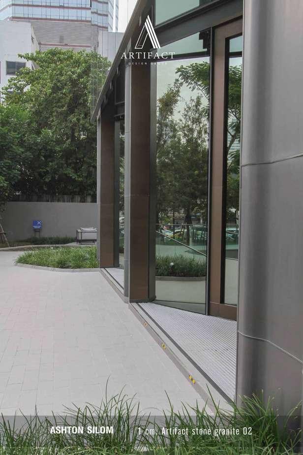 Ashton Silom บริเวณสวนด้านหน้าโครงการที่ใช้กระเบื้องพอร์ซเลน 1 CM. Artifact Stone Granite 02