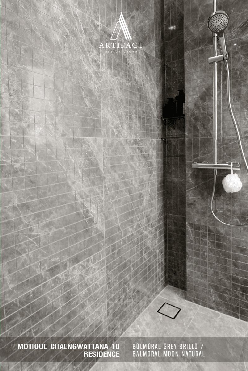 Motique Residence เลือกใช้ Balmoral Grey Brillo และ Vanglih Pulido กระเบื้องนำเข้าจากประเทศสเปนในการตกแต่งผนังห้องน้ำ และ เลือกใช้ Balmoral Moon Natural , Sarona Grigio และ Balmoral Shadow Pulido